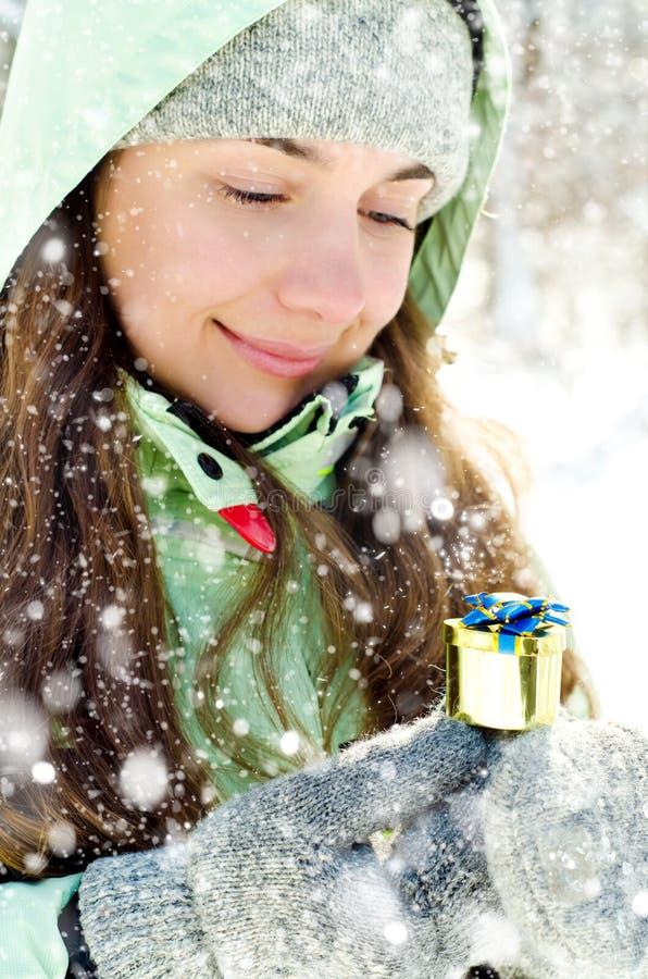 Download Kvinna i vinter fotografering för bildbyråer. Bild av kläder - 37346917