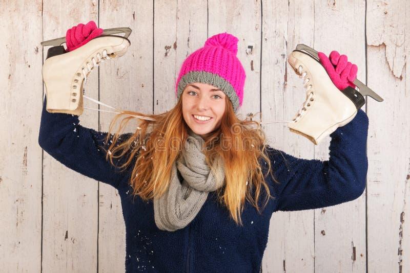 Kvinna i vinter med isskridskor arkivfoto