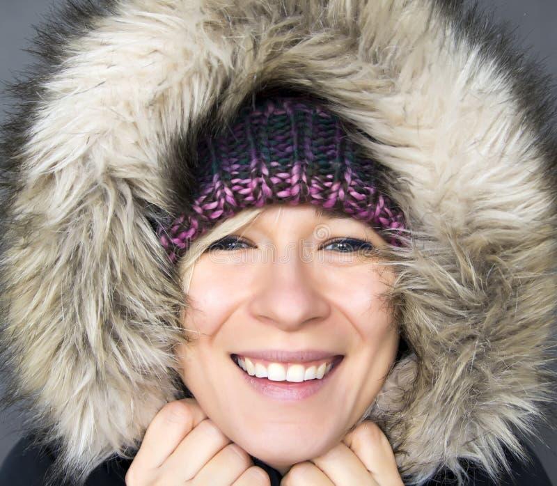 Kvinna i vinterhuv arkivbild