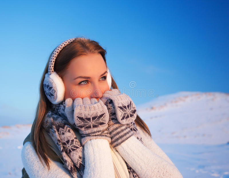 Kvinna i vintersemester arkivfoton