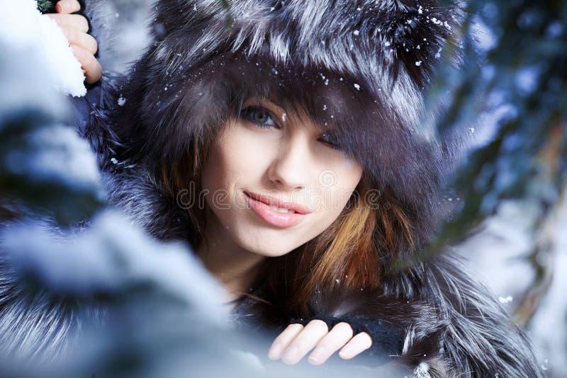 Kvinna i vinterträ arkivbilder