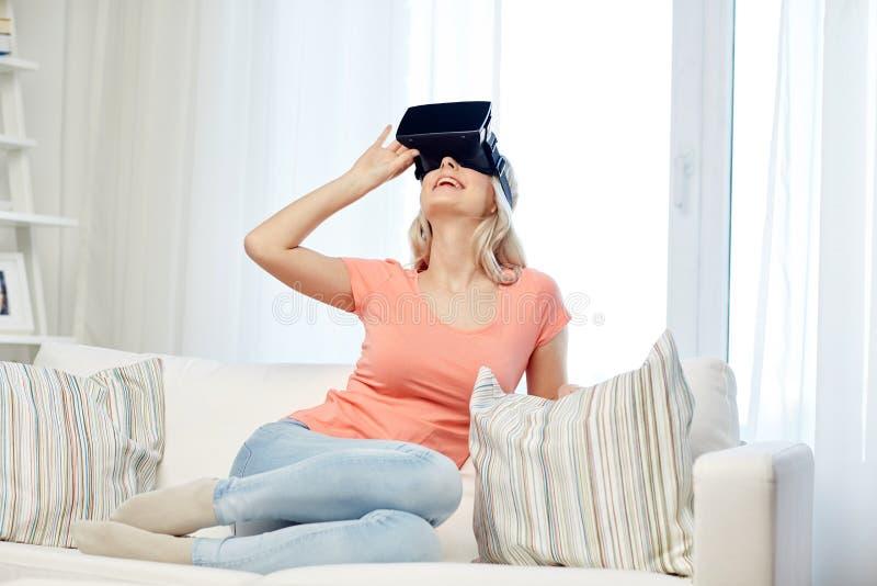 Kvinna i virtuell verklighethörlurar med mikrofon eller exponeringsglas 3d royaltyfria bilder