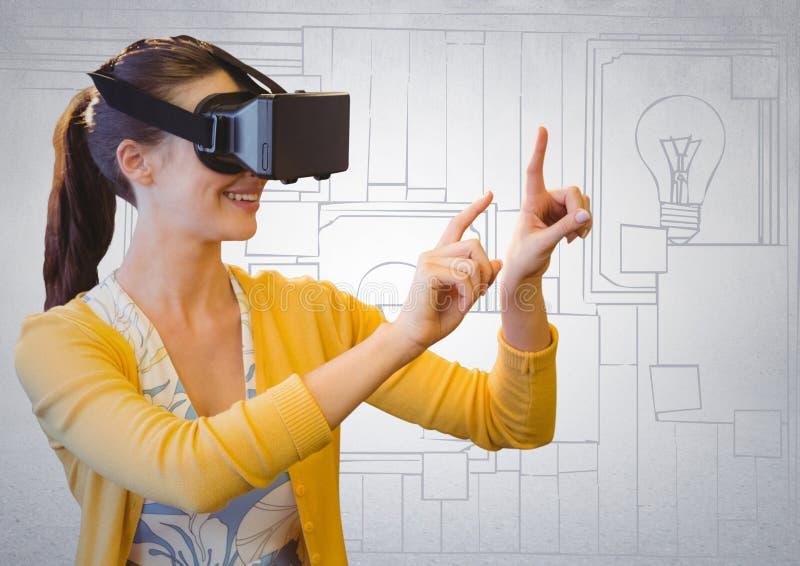 Kvinna i virtuell verklighethörlurar med mikrofon mot den vit hand drog väggen med klibbiga anmärkningar arkivfoton