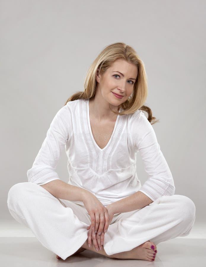 Kvinna i vit royaltyfria bilder