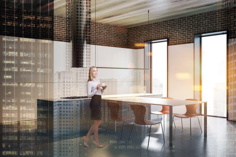 Kvinna i vit och tegelstenkök med tabellen arkivbilder