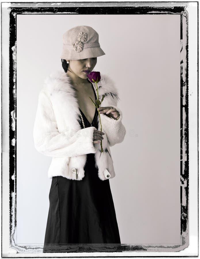 Kvinna i vit päls med Rose arkivfoto