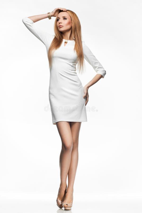 Kvinna i vitklänning arkivfoton