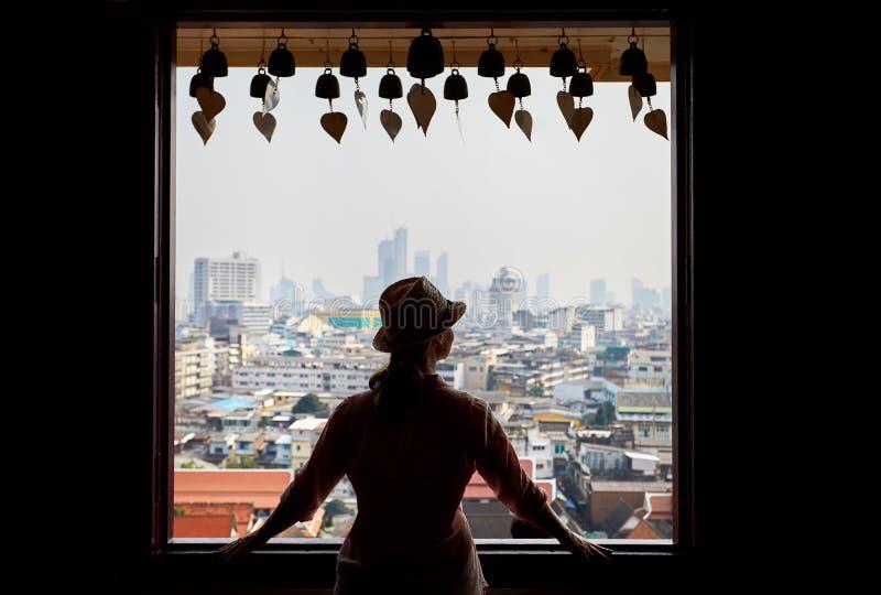 Kvinna i Wat Saket i Bangkok fotografering för bildbyråer
