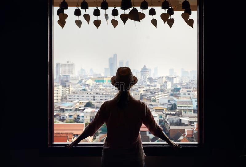 Kvinna i Wat Saket i Bangkok royaltyfri fotografi