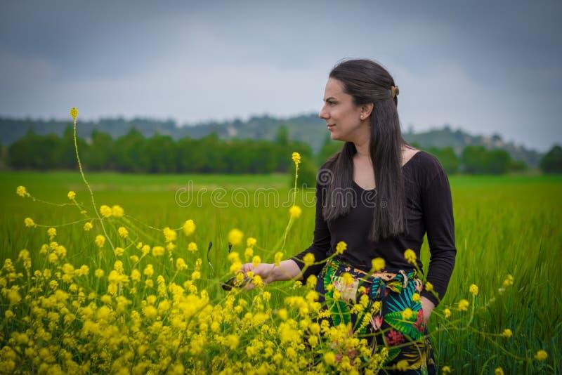 Kvinna i weathfältet arkivbilder