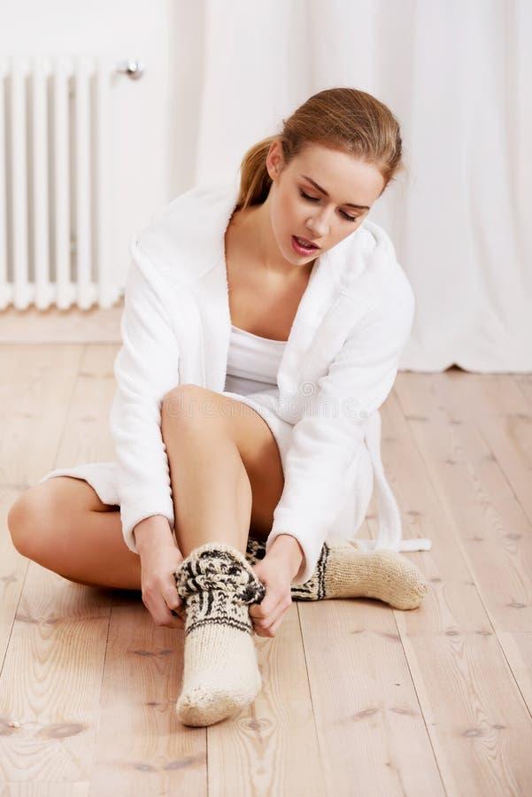 Kvinna i woolen sockor royaltyfri bild