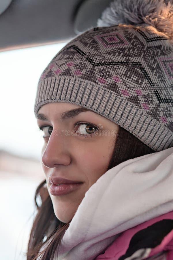 Kvinna i woollen hatt arkivfoto