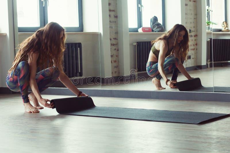 Kvinna i yogagrupp royaltyfri fotografi