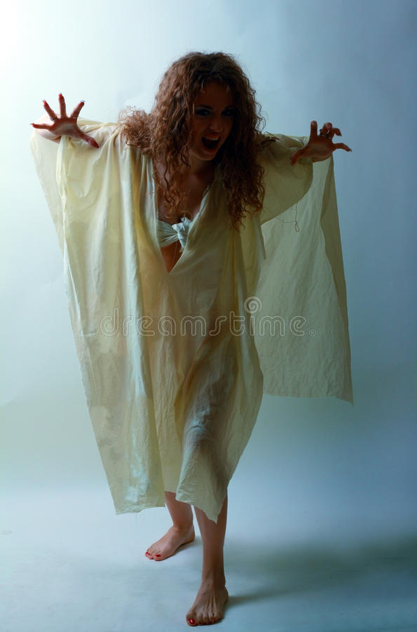 Kvinna i zombielook arkivbild