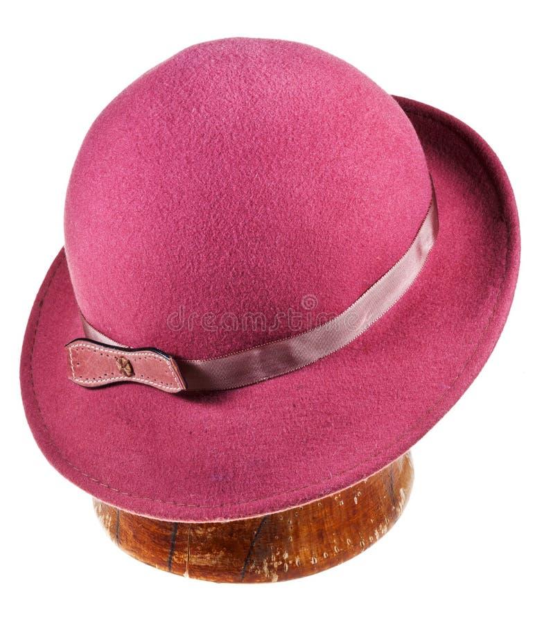 Kvinna klädd med filt magentafärgad hatt med breda brätten fotografering för bildbyråer