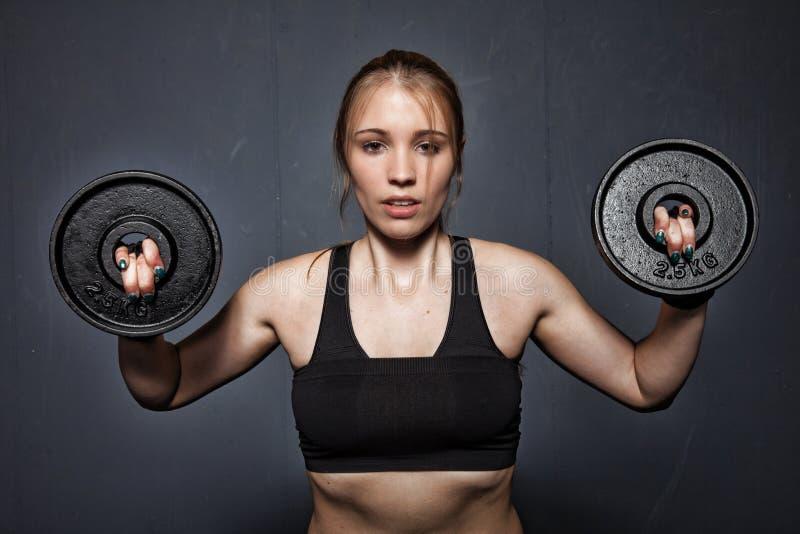 Kvinna - lyfta för vikt arkivbilder