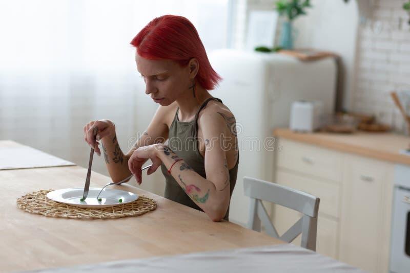 Kvinna med äta oordning som äter ingenting som lider från anorexi fotografering för bildbyråer
