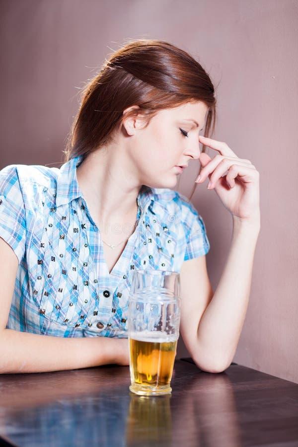 Kvinna med öl royaltyfria foton