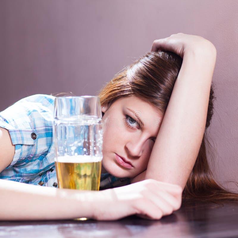 Kvinna med öl royaltyfri foto