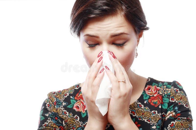 Kvinna med allergi arkivbild