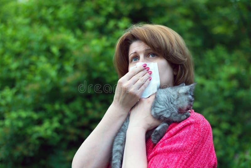 kvinna med allergier till en katt arkivfoto