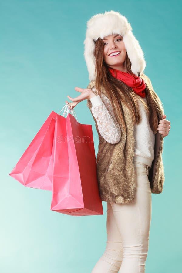 Kvinna med att shoppa för påsar vinter för mode för bakgrund härlig isolerad vit flicka fotografering för bildbyråer