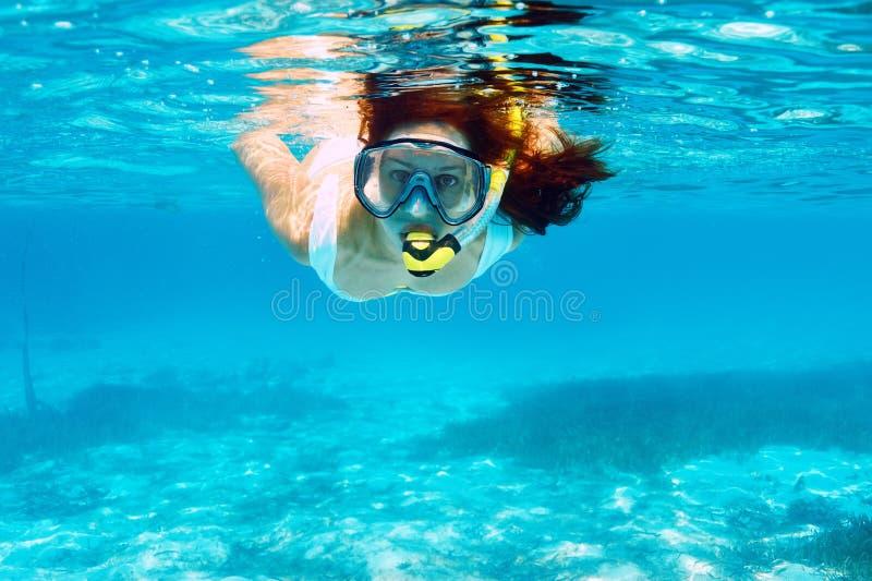 Kvinna med att snorkla för maskering royaltyfria foton