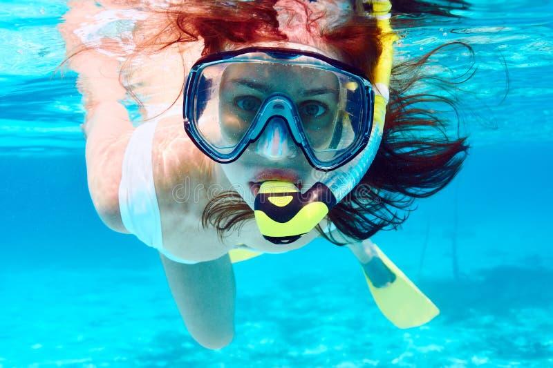 Kvinna med att snorkla för maskering royaltyfri fotografi