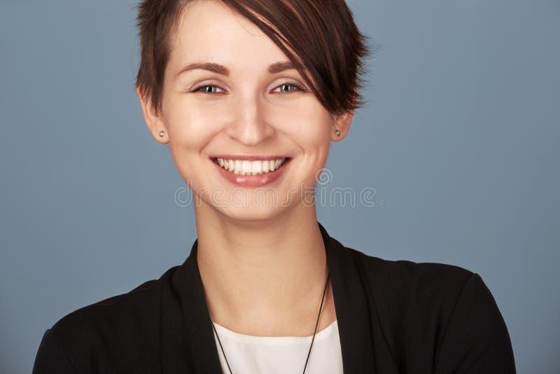 Kvinna med att stråla leende royaltyfri fotografi