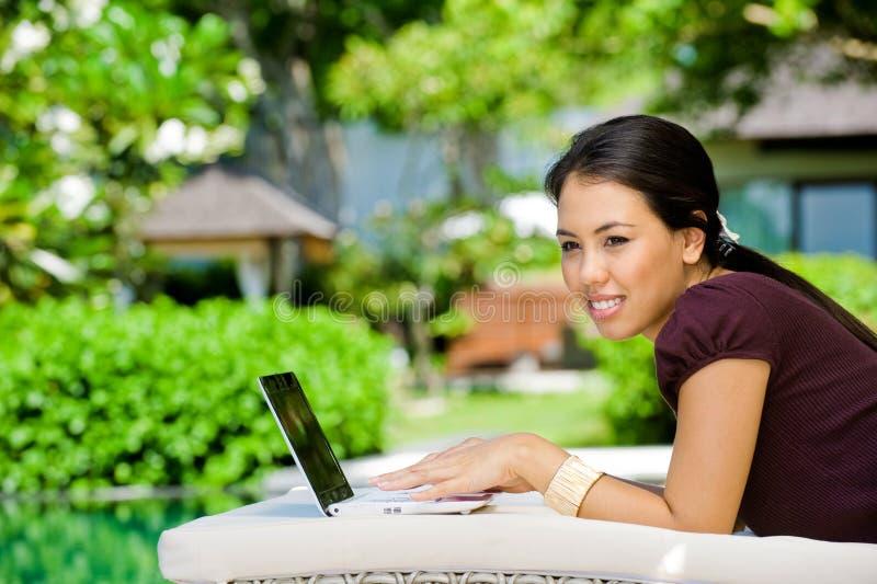 Kvinna med bärbar dator royaltyfria bilder