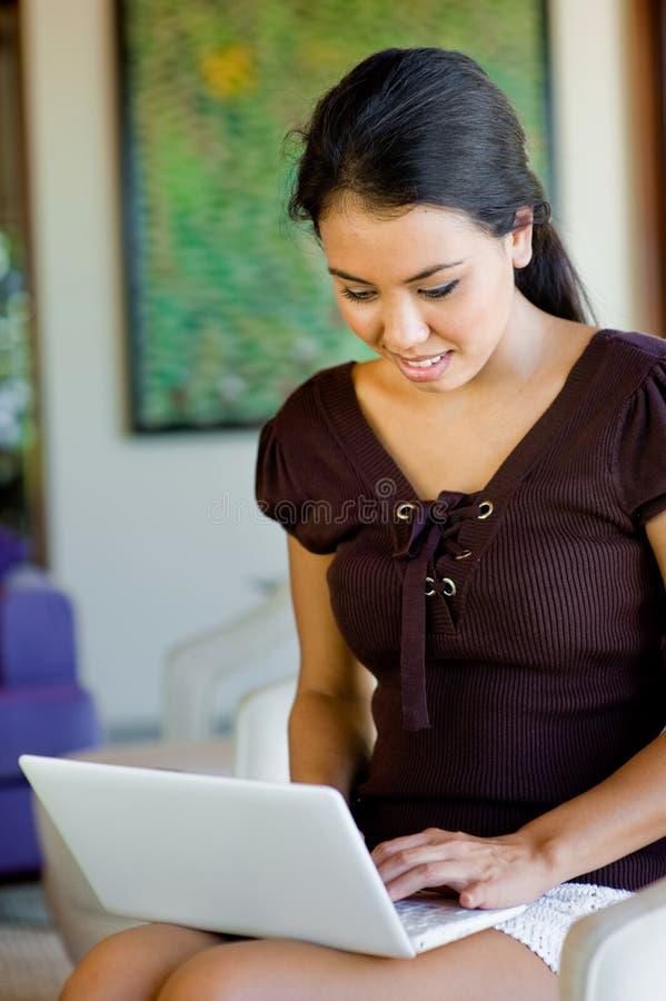 Kvinna med bärbar dator royaltyfri foto
