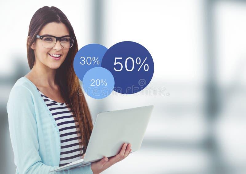 Kvinna med bärbar dator- och blåttstatistik i oskarpt grått kontor vektor illustrationer