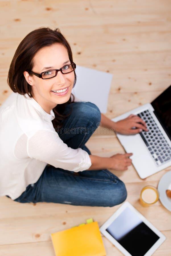 Kvinna med bärbara datorn arkivbild