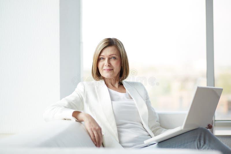 Kvinna med bärbara datorn arkivfoton