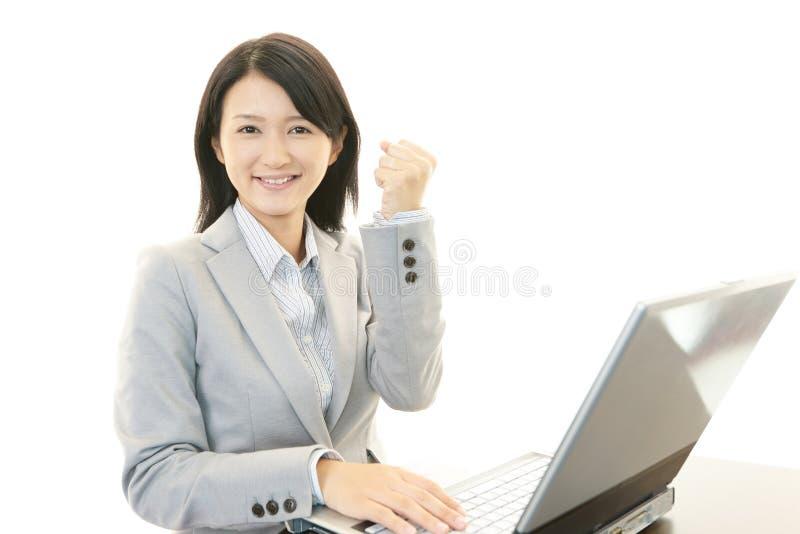 Download Kvinna med bärbara datorn arkivfoto. Bild av anteckningsbok - 37348948