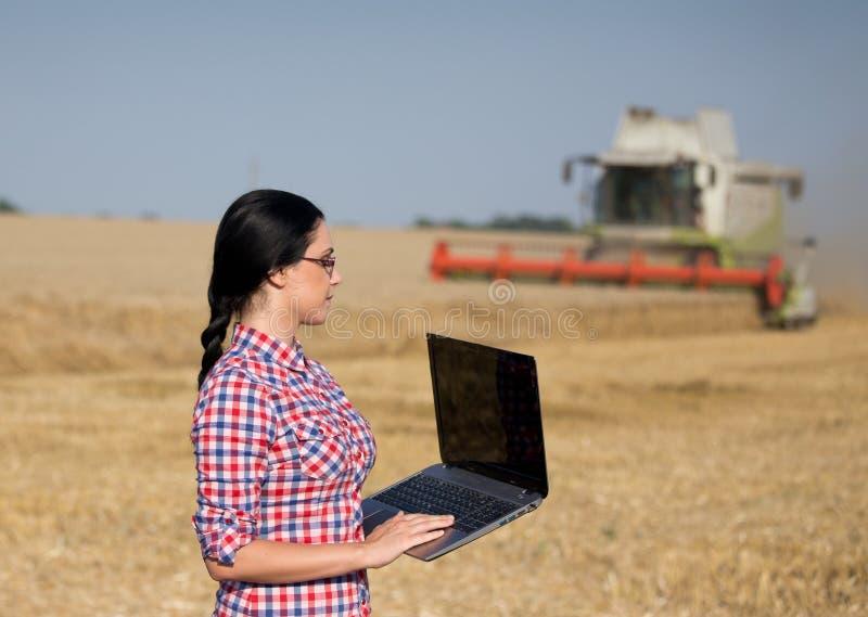 Kvinna med bärbara datorn på veteskörden royaltyfria bilder