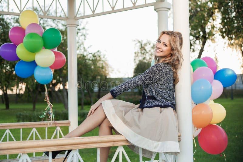 Download Kvinna med ballonger arkivfoto. Bild av gyckel, caucasian - 27285400