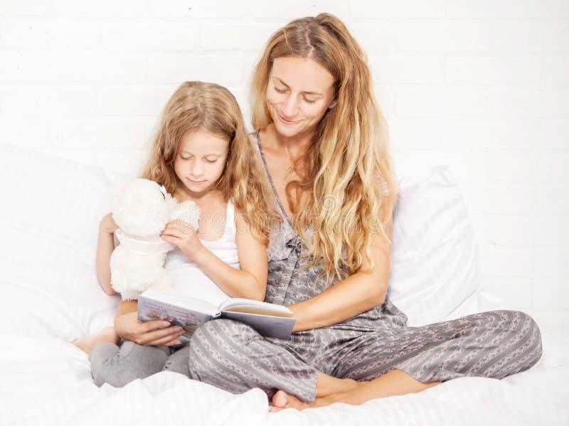 Kvinna med barnl?seboken arkivbilder