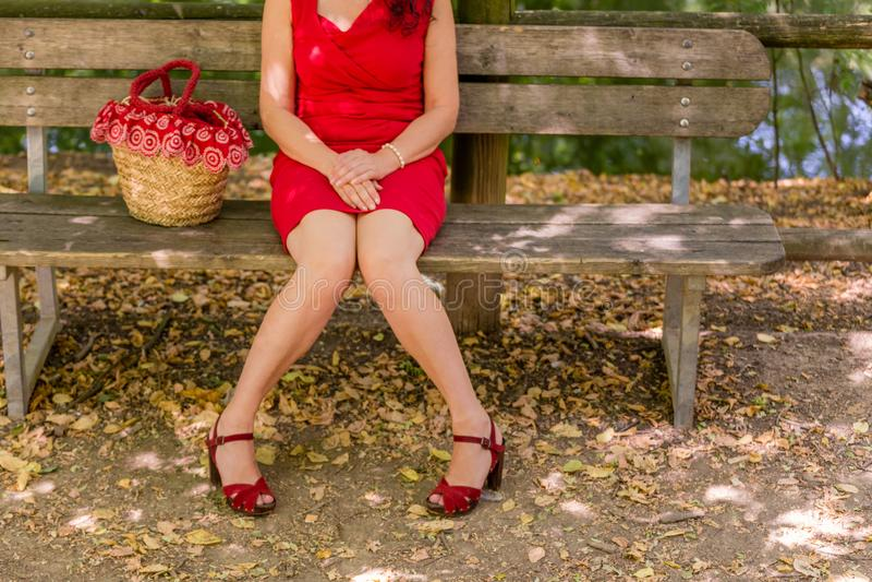 Kvinna med ben ifrån varandra och hålla knä i handlag royaltyfri fotografi