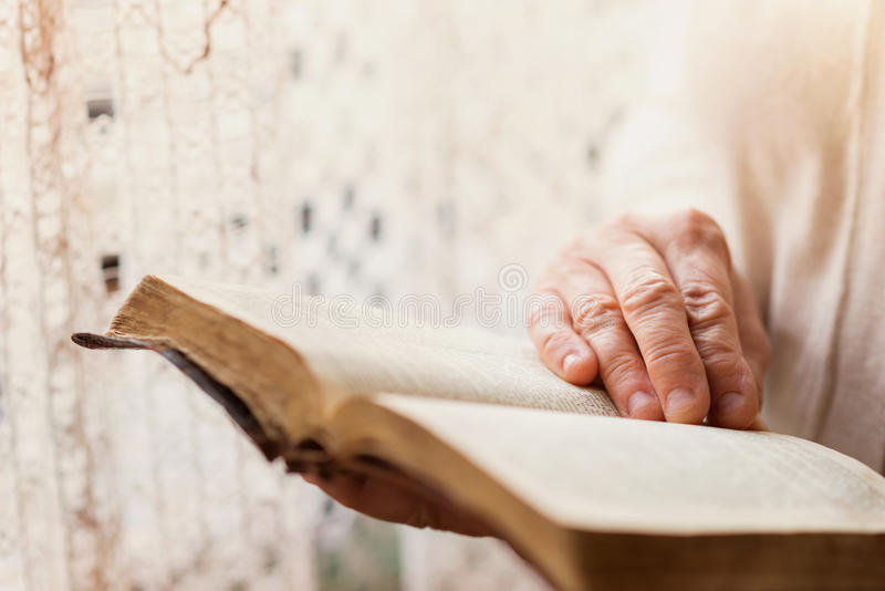 Kvinna med bibeln royaltyfri foto