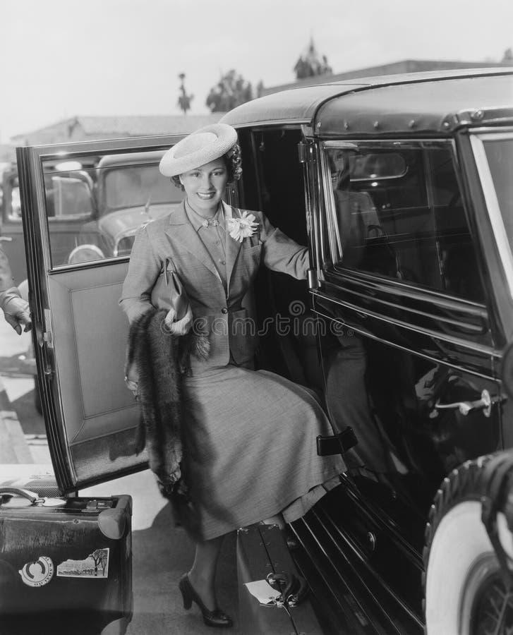 Kvinna med bilen och bagage royaltyfria bilder
