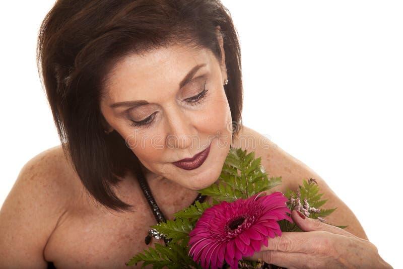 Kvinna med blommadjup syn ner arkivbilder