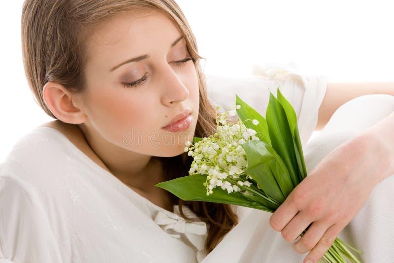 Kvinna med blommor fotografering för bildbyråer