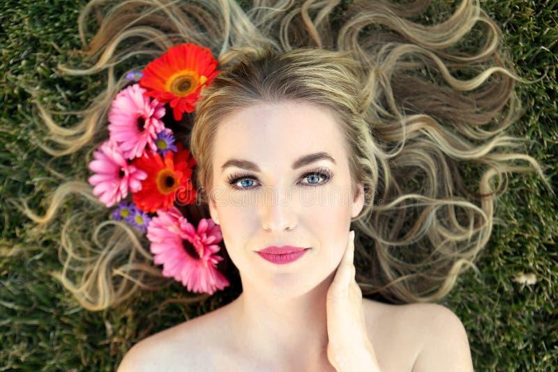 Kvinna med blommor royaltyfri bild