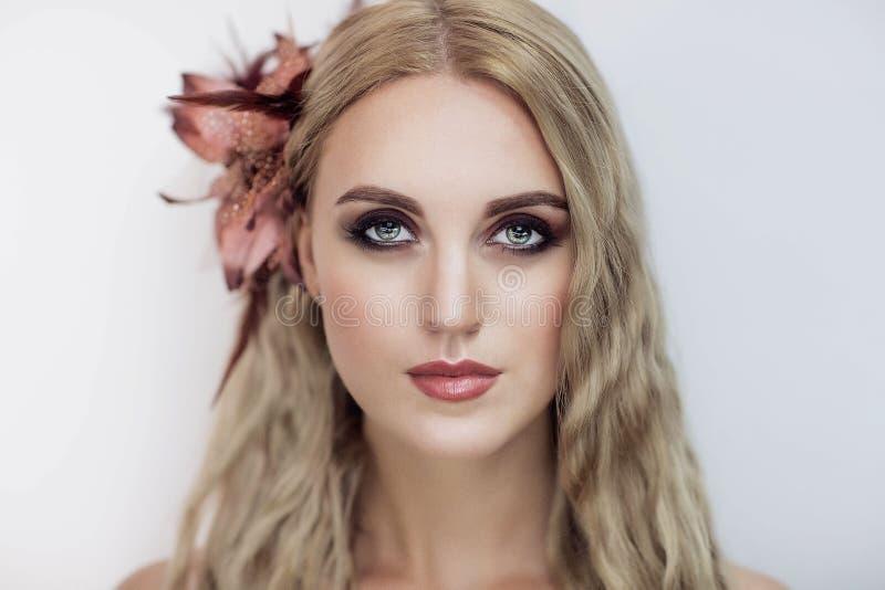Kvinna med blont hår royaltyfri foto
