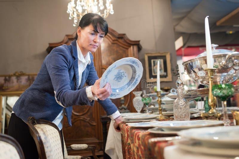 Kvinna med bordsservis i h?nder arkivfoto