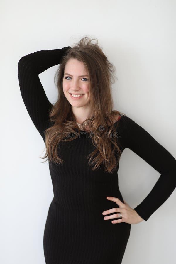 Kvinna med brunt hår och härliga blåa ögon fotografering för bildbyråer