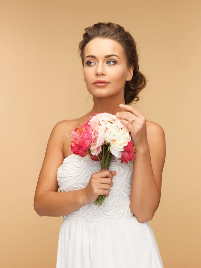 Kvinna med buketten av blommor royaltyfri fotografi