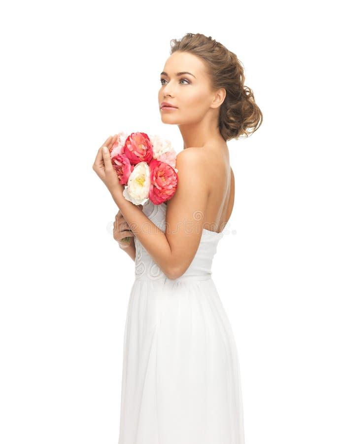 Kvinna med buketten av blommor arkivbild