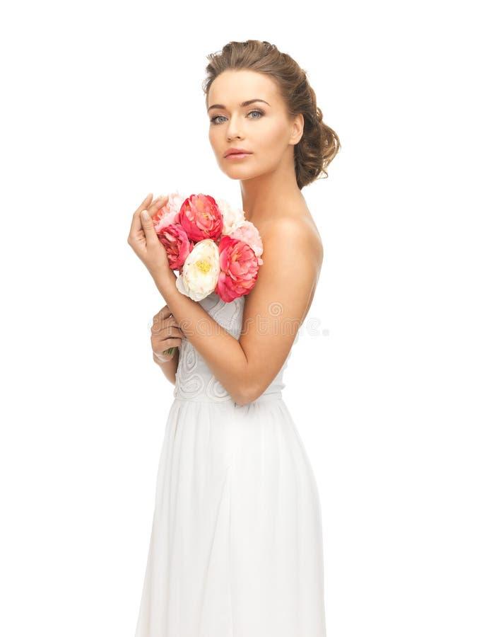 Kvinna med buketten av blommor royaltyfri foto